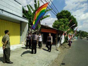 Picu Keresahan Warga Jember, Aparat Keamanan Turunkan Bendera Identik LGBT