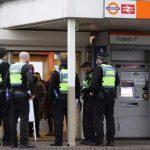 """Sambil Berteriak Keluar dari Stasiun """"Saya Ingin Bunuh Muslim"""" Orang ini Menikam"""