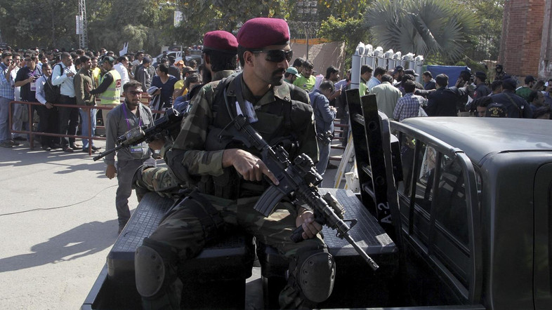 Seorang Gangster Sekaligus Mata-mata Iran Dibawa ke Tahanan Militer Pakistan
