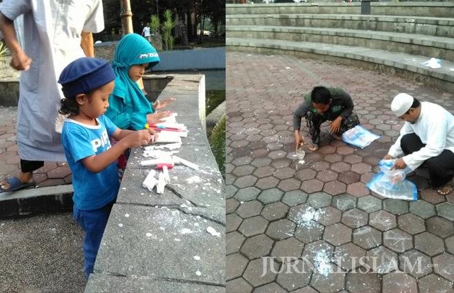Warga Semarang Bersihkan Sampah Lilin Bekas Aksi Pendukung Ahok