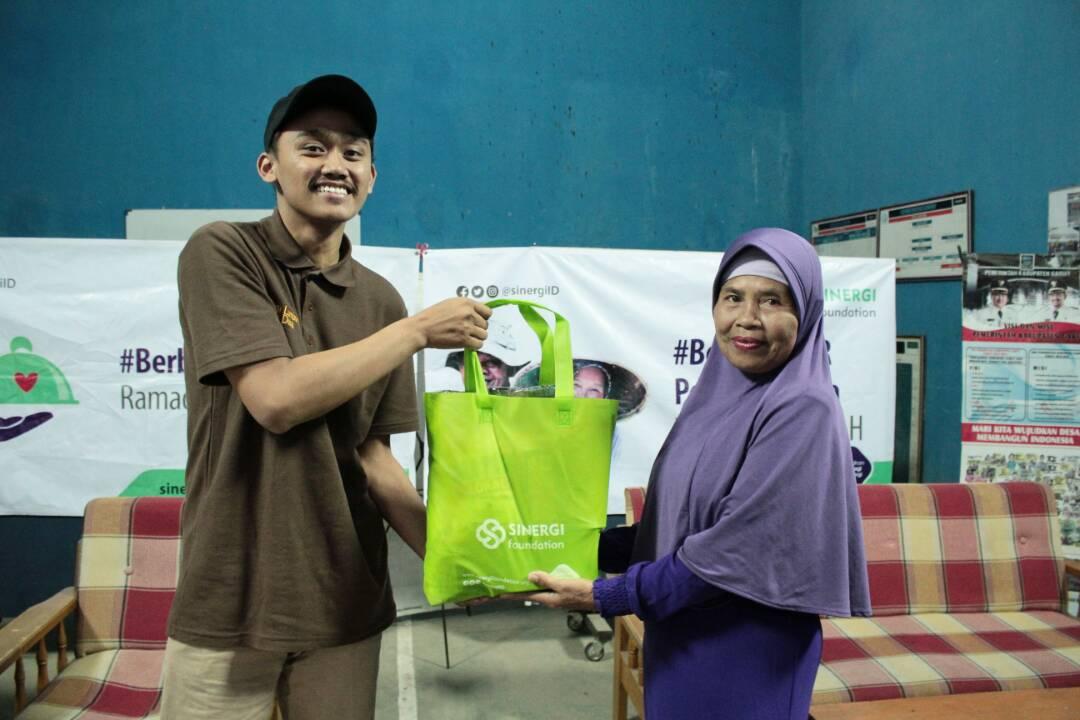 Sinergi Foundation Salurkan THR untuk Petani Dhuafa di Ciwangi Garut