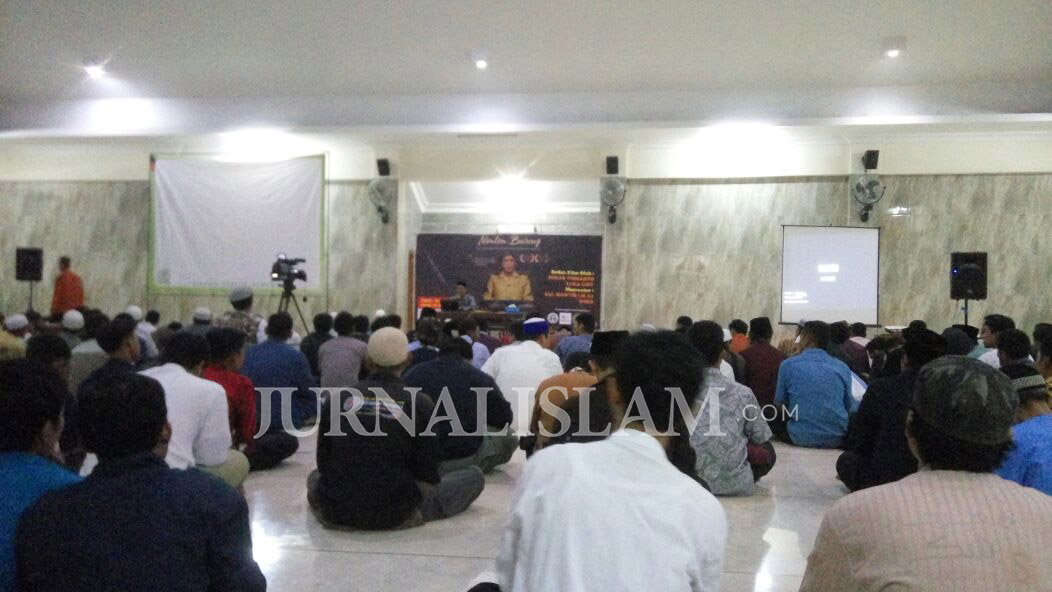 Warga Solo Antusias Nontong Bareng Film 'Toedjoeh Kata' di Masjid MUI