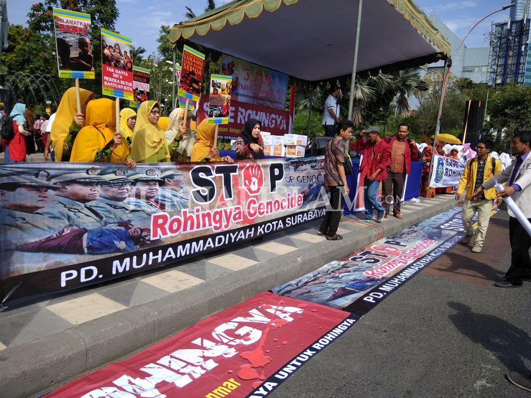 Ribuan Masyarakat Surabaya Turun Ke Jalan Ikuti Aksi Peduli Rohingya