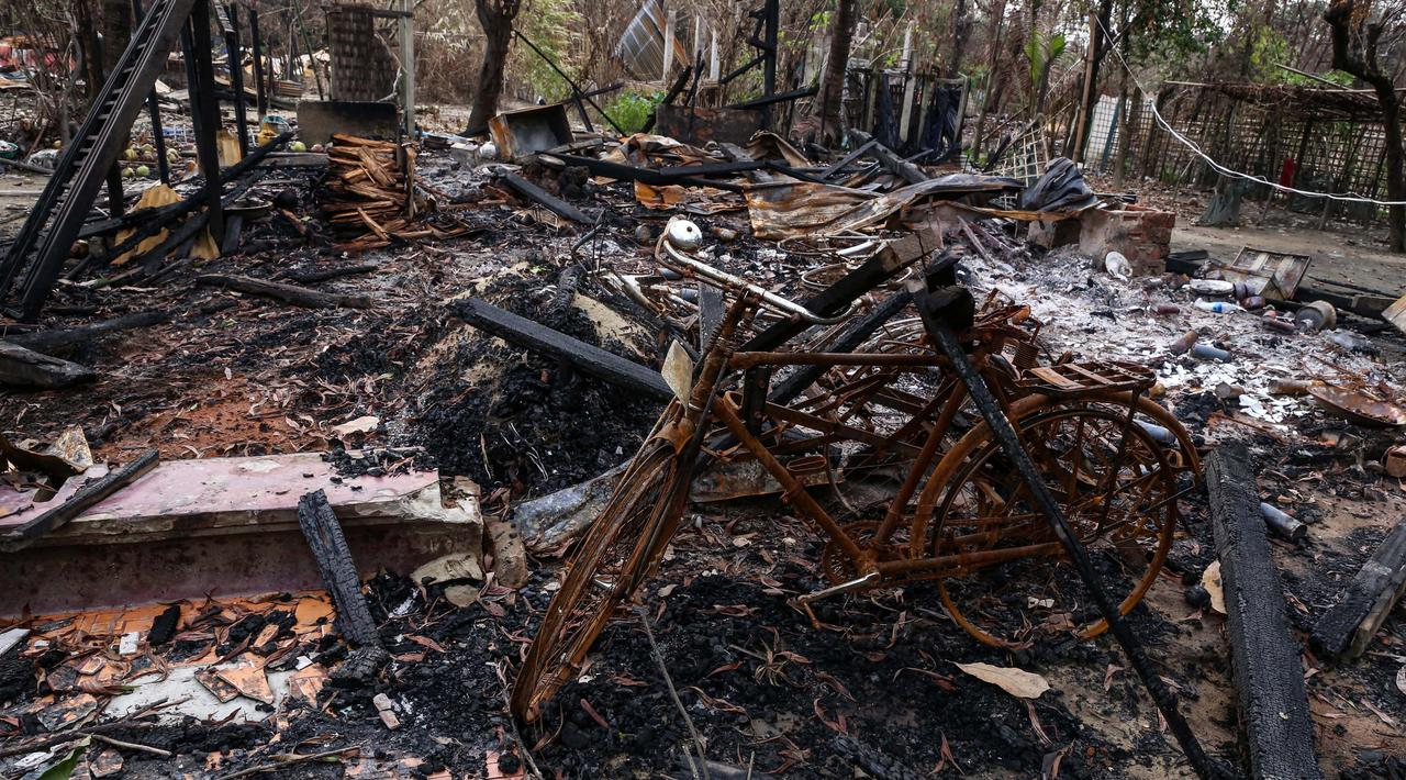 [PHOTO] Rumah-rumah Warga Muslim Rohingya di Desa Gawdu Zara Dibakar