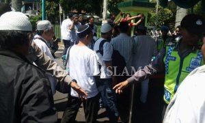 [PHOTO] Aparat Kepolisian Memeriksa Rombongan Peserta Aksi Peduli Rohingya Magelang