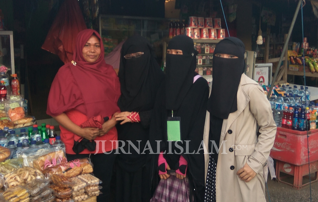 Muslimah Bima Peduli Tebar 1000 Jilbab