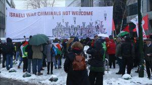 Diteriakin Penjahat Perang, Ratusan Orang Protes Kunjungan PM Zionis di Brusel
