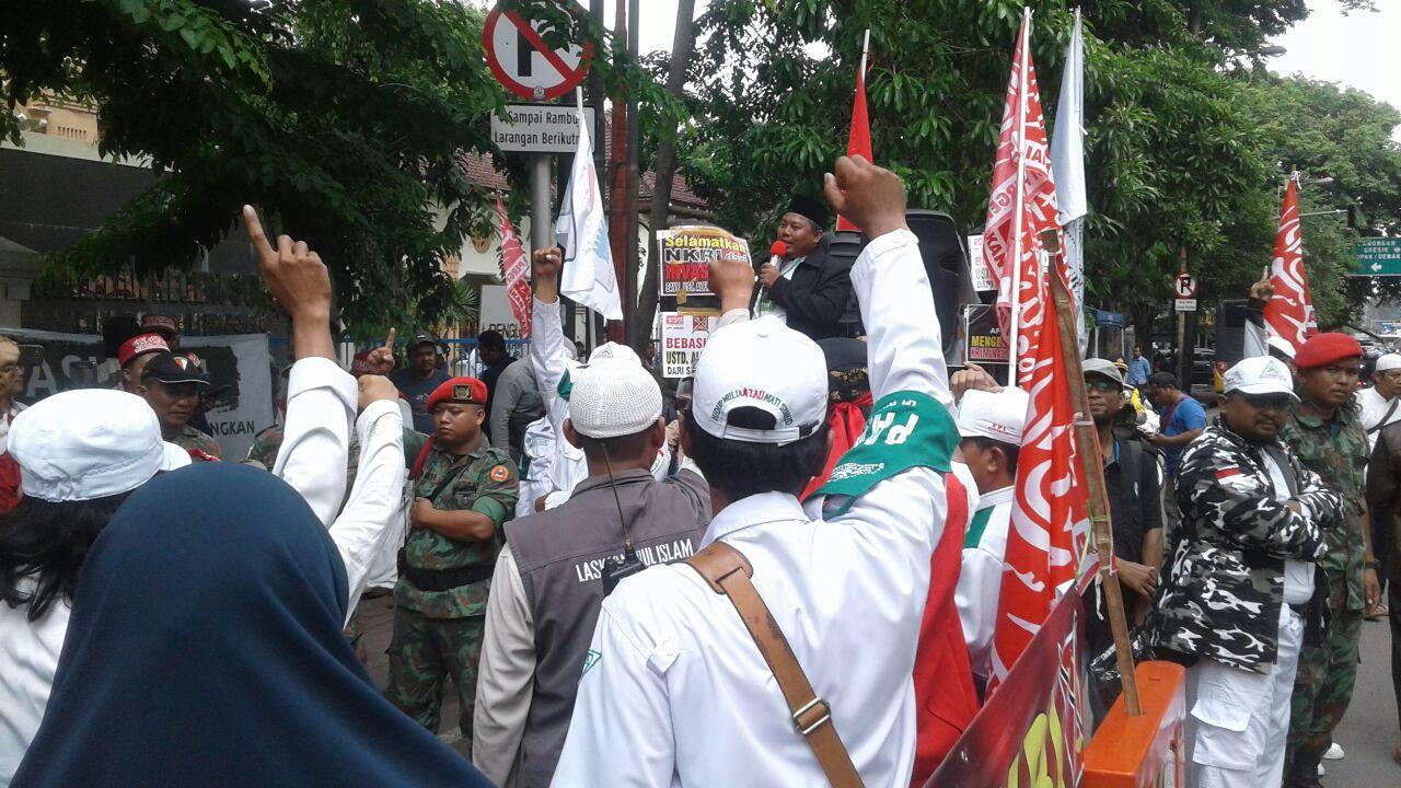 Sidang Putusan Alfian Tanjung : Massa Membludak di Luar hingga Barang Ditahan Polisi