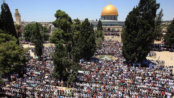 Meskipun  Cuaca Buruk, 20.000 Muslim Palestina Shalat Jumat di Masjid Al Aqsha
