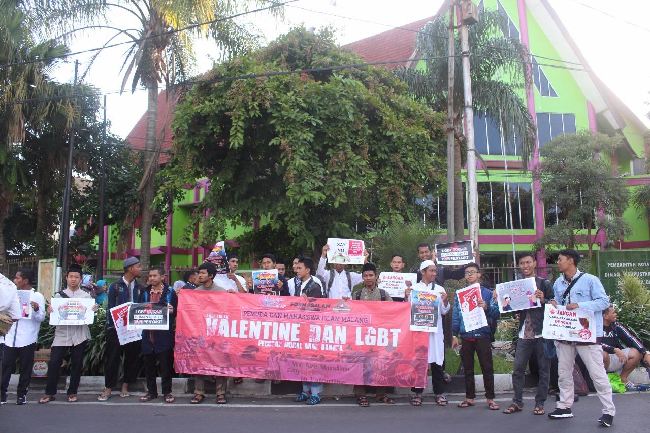 Mahasiswa di Malang Gelar Aksi Menolak Perayaan Hari Valentin dan LGBT