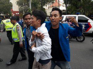 Aksi Mahasiswa Surabaya Tolak RUU MD3 Berakhir Ricuh