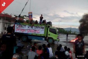 Kecewa Dengan Sikap Bupati, Warga Nguter Blokade Akses Menuju PT RUM
