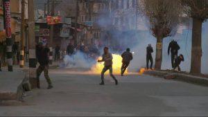 Ribuan Warga Kashmir Turun ke Jalan Hadapi Tentara India