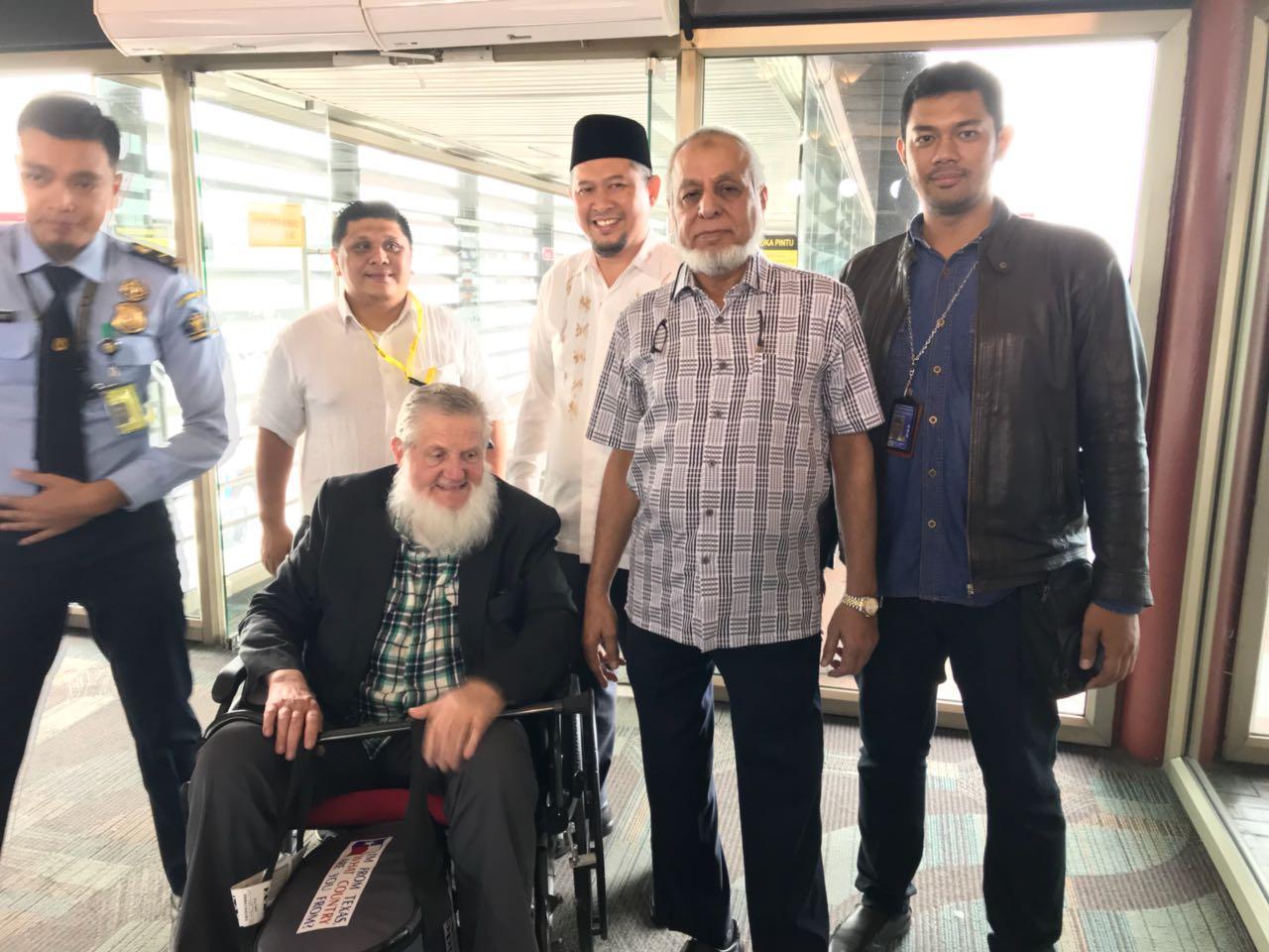 Syaikh Yusuf Estes Telah Tiba di Indonesia