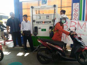 Tolak Kenaikan Harga BBM, Mahasiswa Soloraya Lakukan Aksi Isi Bensin 200 Rupiah
