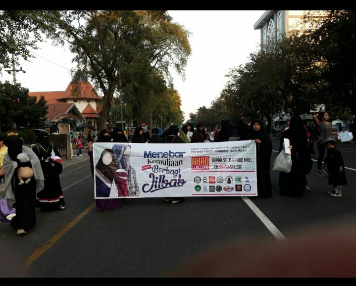 Kampanye Hijab Syar'i, Muslimah Solo Bagikan 250 Jilbab di CFD