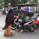 Muslimah Bima Peduli Bagikan Ratusan Paket Takjil Gratis