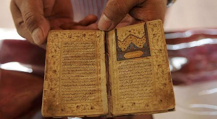 Naskah Al Quran Langka Menarik Pengunjung Pameran di Kashmir