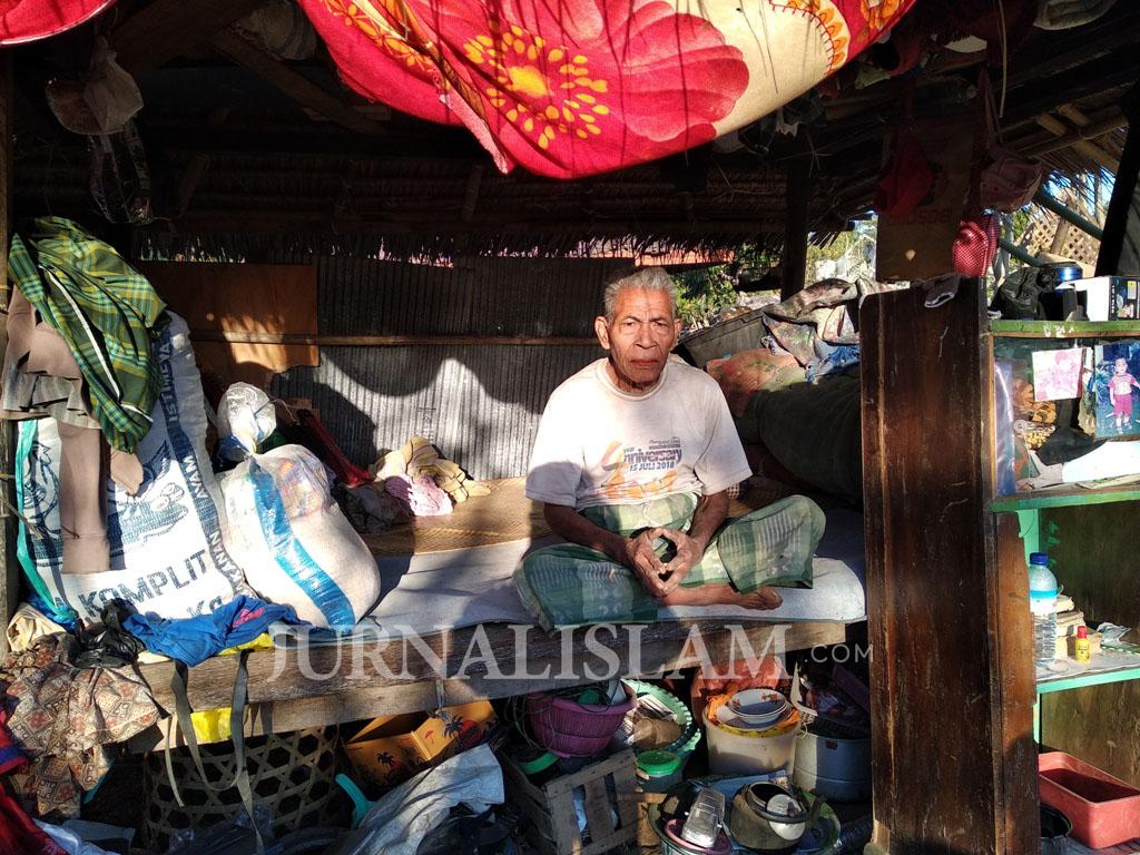 Rumahnya Hancur, Kakek Sarujip Kini Tinggal di Tenda Beratap Daun Kelapa