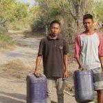 Pengungsi Lombok Utara Harus Berjalan 10 Kilometer Untuk Dapatkan Air Bersih dan Makanan