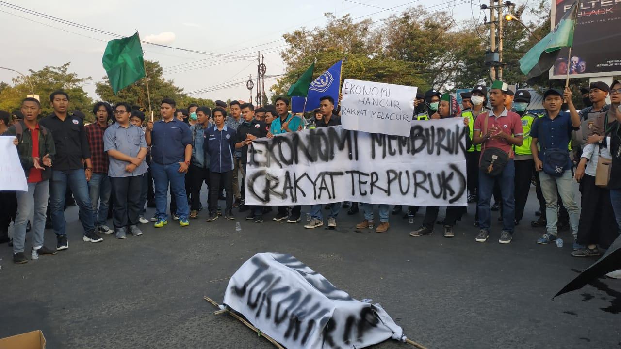 """Lagi, Demo Mahasiswa Hadirkan """"Keranda"""" Jokowi"""