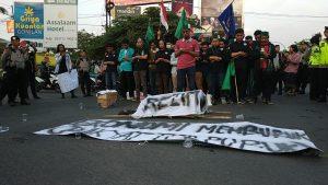 Bawa Peti Mati, Mahasiswa Surakarta Tuntut Jokowi Mundur