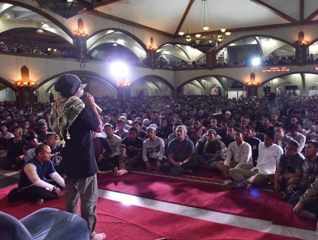 Ustaz Hanan Attaki Pimpin Doa Bersama Bobotoh untuk Haringga