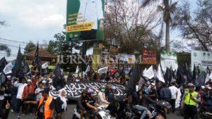 Ribuan Warga Garut Demo Kutuk Pembakaran Bendera Tauhid
