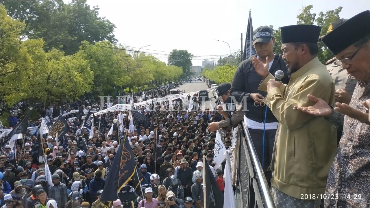 """Aksi Bela Tauhid Solo, Puluhan Ribu Peserta Bentangkan Bendera """"Al-Liwa"""" Sepanjang 1Km"""