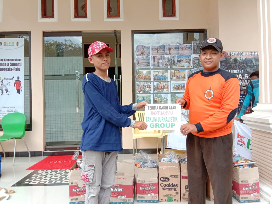 Sinergi dengan SAR, Taklim Jurnalistik Group Serahkan Bantuan untuk Korban Gempa dan Tsunami di Palu