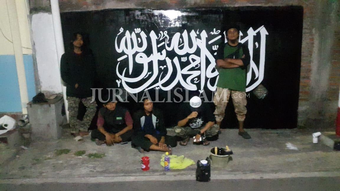 Respon Pembakaran Bendera, Pemuda Fosikom Buat Grafiti Tauhid