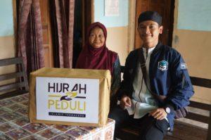 Komunitas Pemuda Hijrah Islamic Teenagers Bagikan Paket Sembako di Kepanjen