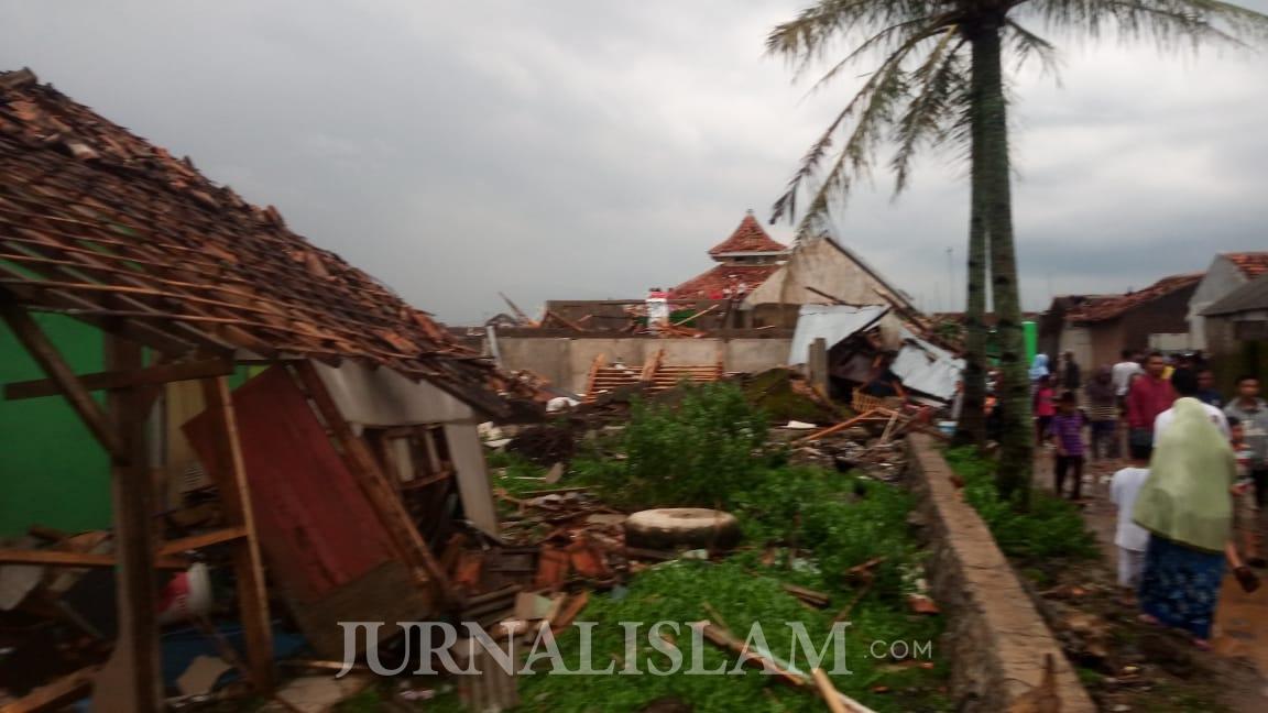 Puting Beliung Menerjang Rancaekek Kabupaten Bandung, Puluhan Rumah Rusak