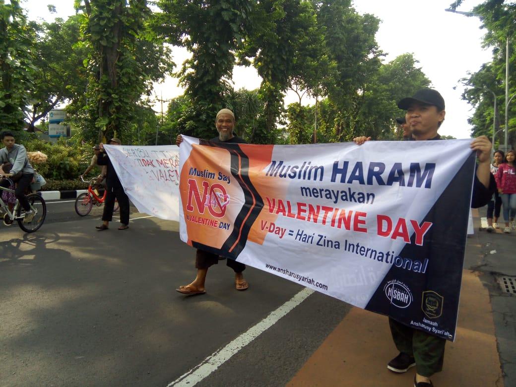 Di CFD, Warga Surabaya Antusias Tanda Tangani Tolak Valentine Day