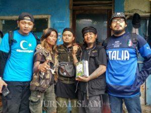 Punkajian Bekasi Bagikan Iqro dan Mukena untuk Anak Punk Bogor
