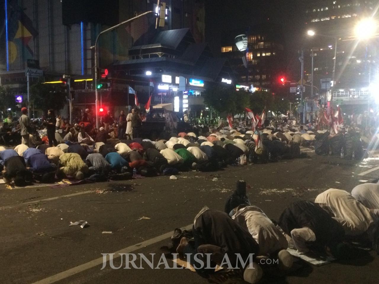 Massa GNKR Gelar Tarawih dan Malam Nuzulul Qur'an di Depan Kantor Bawaslu