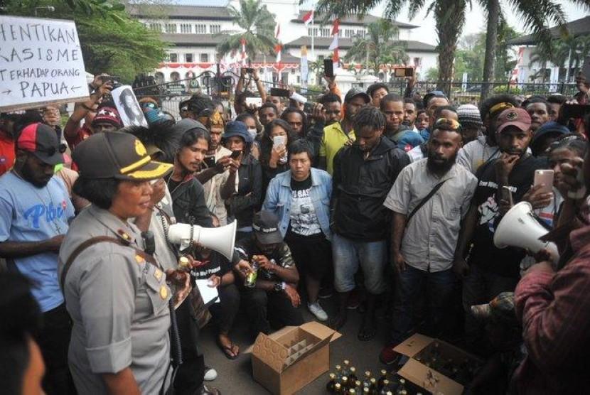 Polda Jabar Akui Oknum Anggotanya Bagikan Miras ke Pengunjuk Rasa Papua