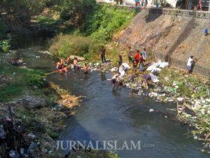 Sambut 1 Muharram, Pemuda Masjid Laweyan Bersihkan Sungai Janes Solo