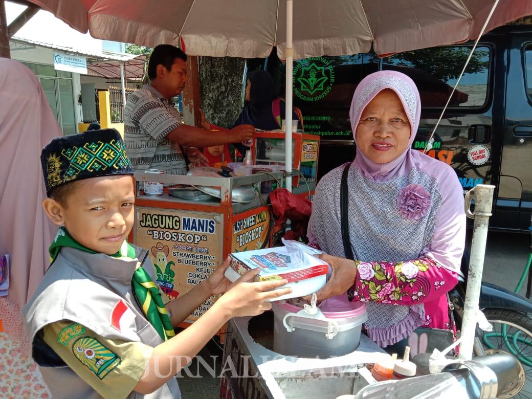 Siswa SD Muhammadiyah Palur Berbagi Makanan Jum'at Gratis untuk Pedagang Kecil