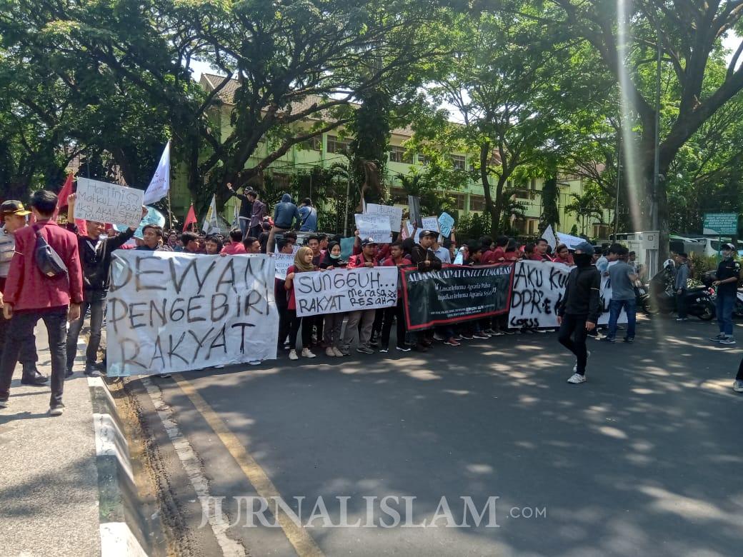 Demo Mahasiswa Di Depan DPRD Kota Malang Berakhir Ricuh