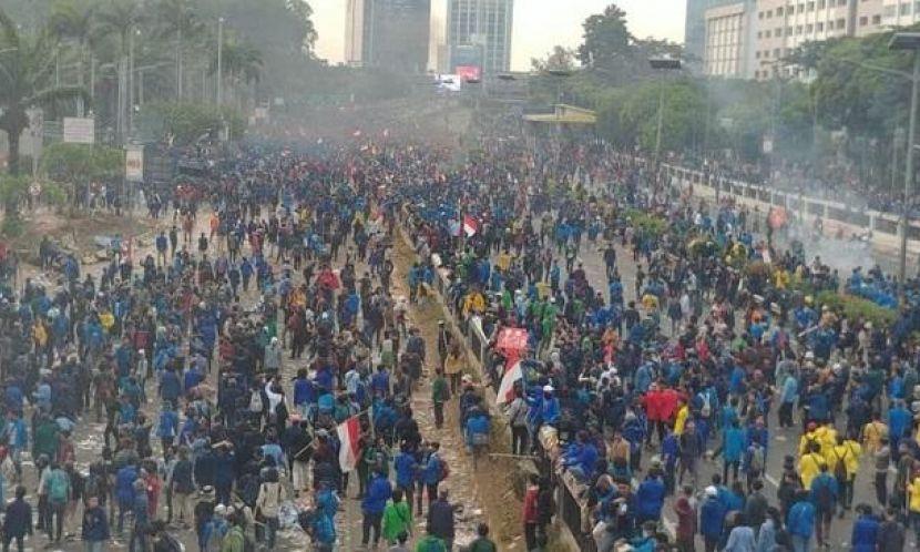Warga Bahu Membahu Bantu Mahasiswa yang Diserang Polisi