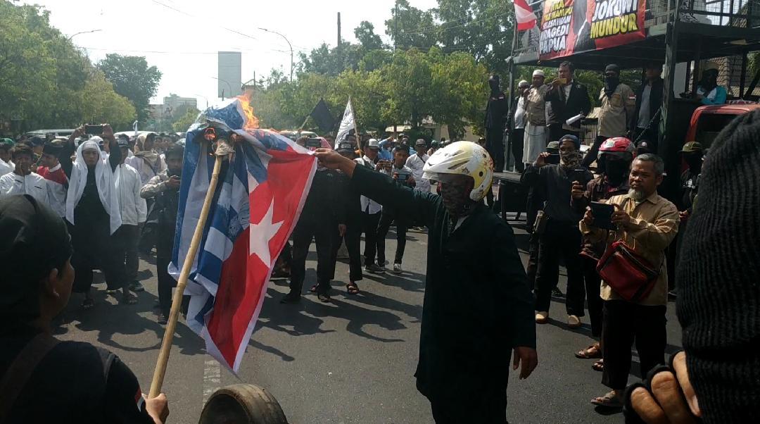 Gelar Aksi Solidaritas Wamena, Umat Islam Solo Bakar Bendera OPM