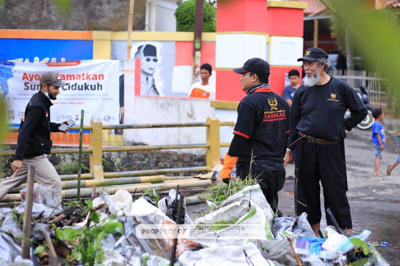 Yanmas Ansharu Syariah Bersihkan Limbah Sampah di Sungai Cidukuh Tasikmalaya