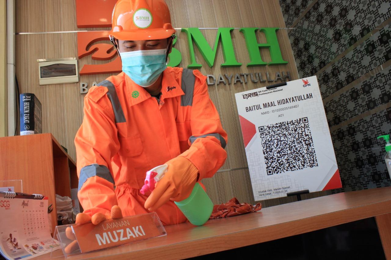 Cegah Corona, Kantor Laznas BMH Disemprot Cairan Disinfektan