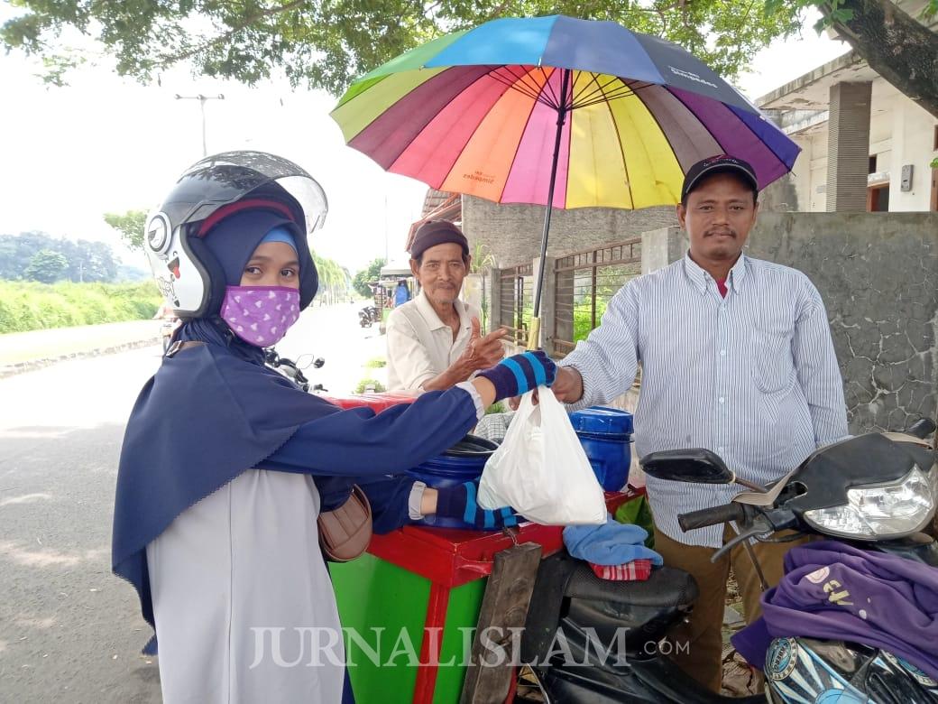 Cerita Emak-emak Banten Bagikan Sembako untuk Pedangang Kecil Tedampak Corona