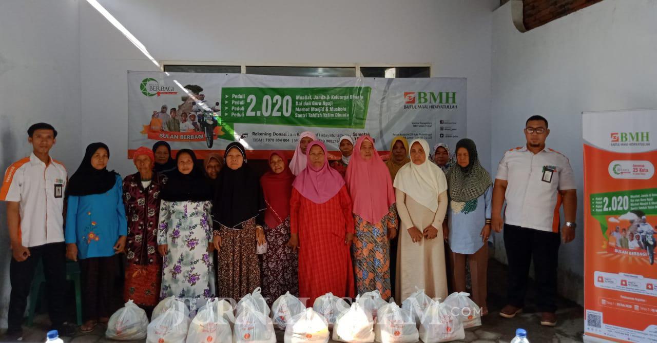 Laznas BMH Bagikan Ribuan Paket Sembako Serentak 25 Kota se-Jawa Timur