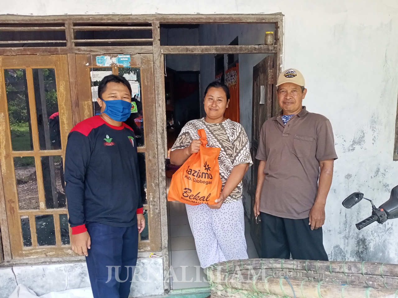 Muhammadiyah Grobogan Bagikan Sembako Sembako hingga Hand Sanitizer