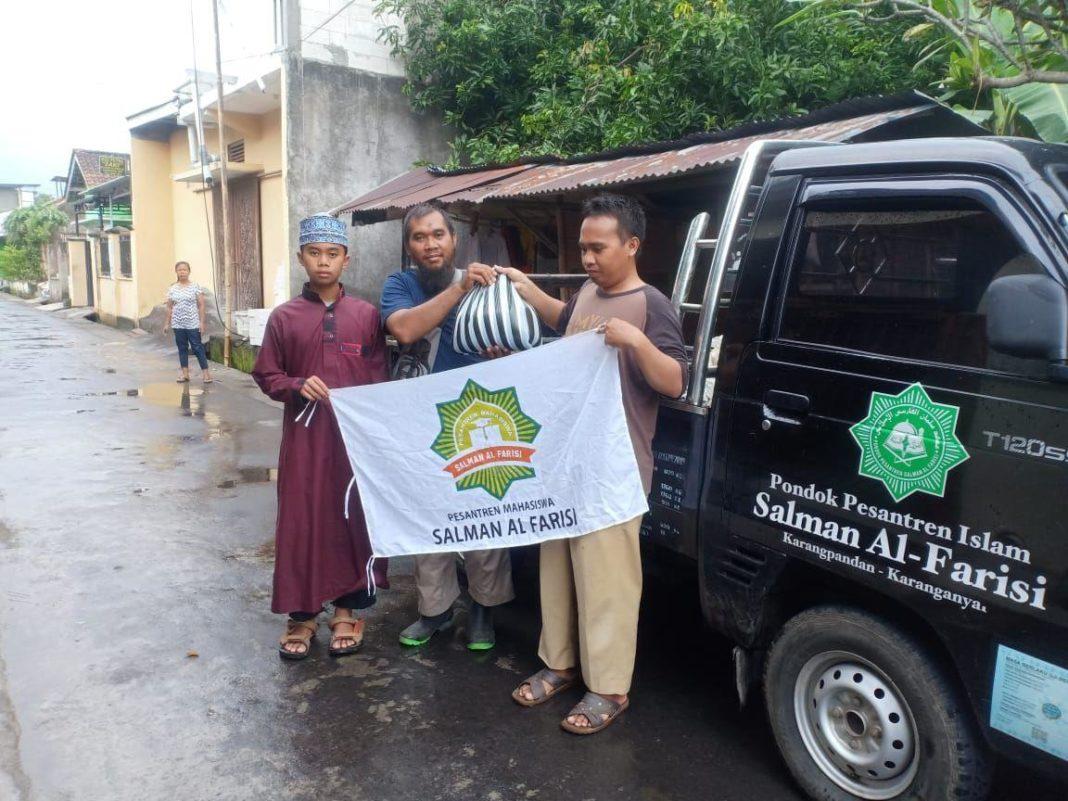 Mahasiswa Ponpes Salman Al Farisi Bagikan Ratusan Paket Sembako dan Masker