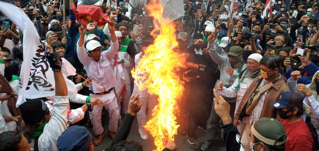 Massa Tolak RUU HIP di Solo Bakar Bendera PKI