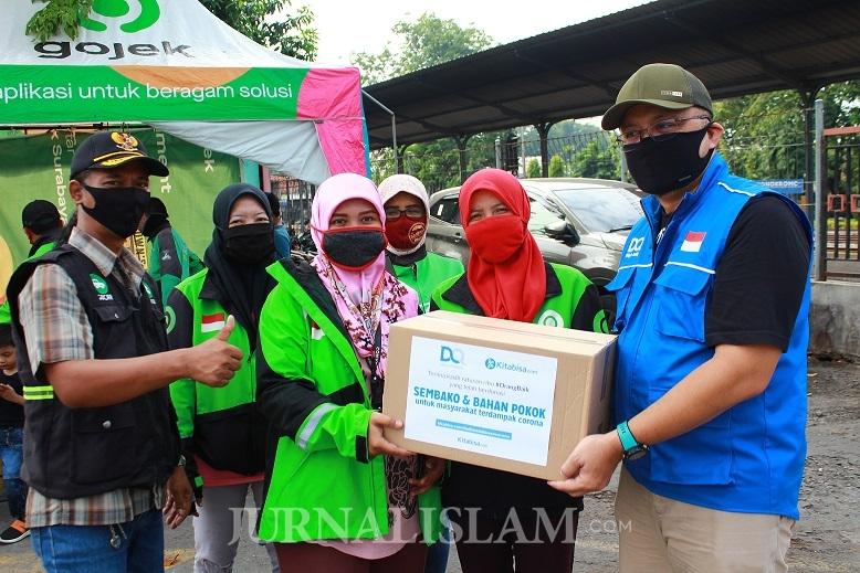 Dompet Qur'an Bagikan Ratusan Paket Sembako untuk Ojol dan Guru Ngaji